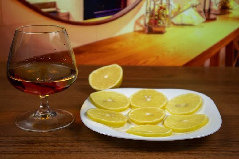 Коньяк с лимоном: почему так закусывают, можно или нельзя так пить, лечебные рецепты с фото | mosspravki.ru