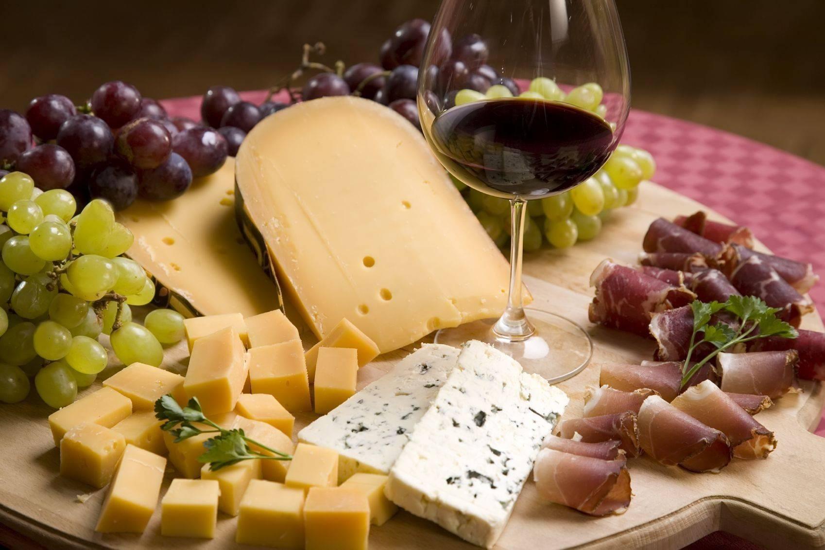 Сыр к красному вину: какой к какому напитку подходит лучше всего