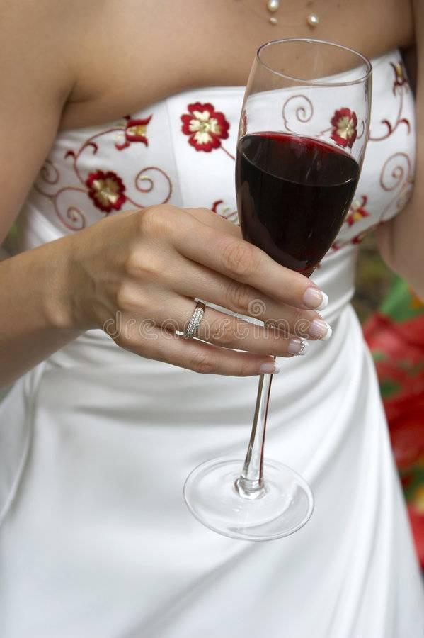 Как держать винный бокал девушкам и мужчинам: правильный этикет поведения