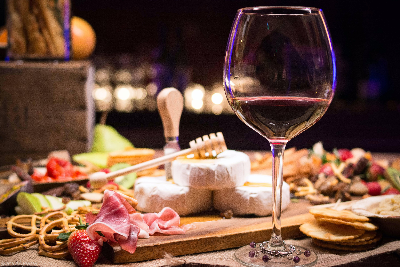 С чем обычно пьют вино