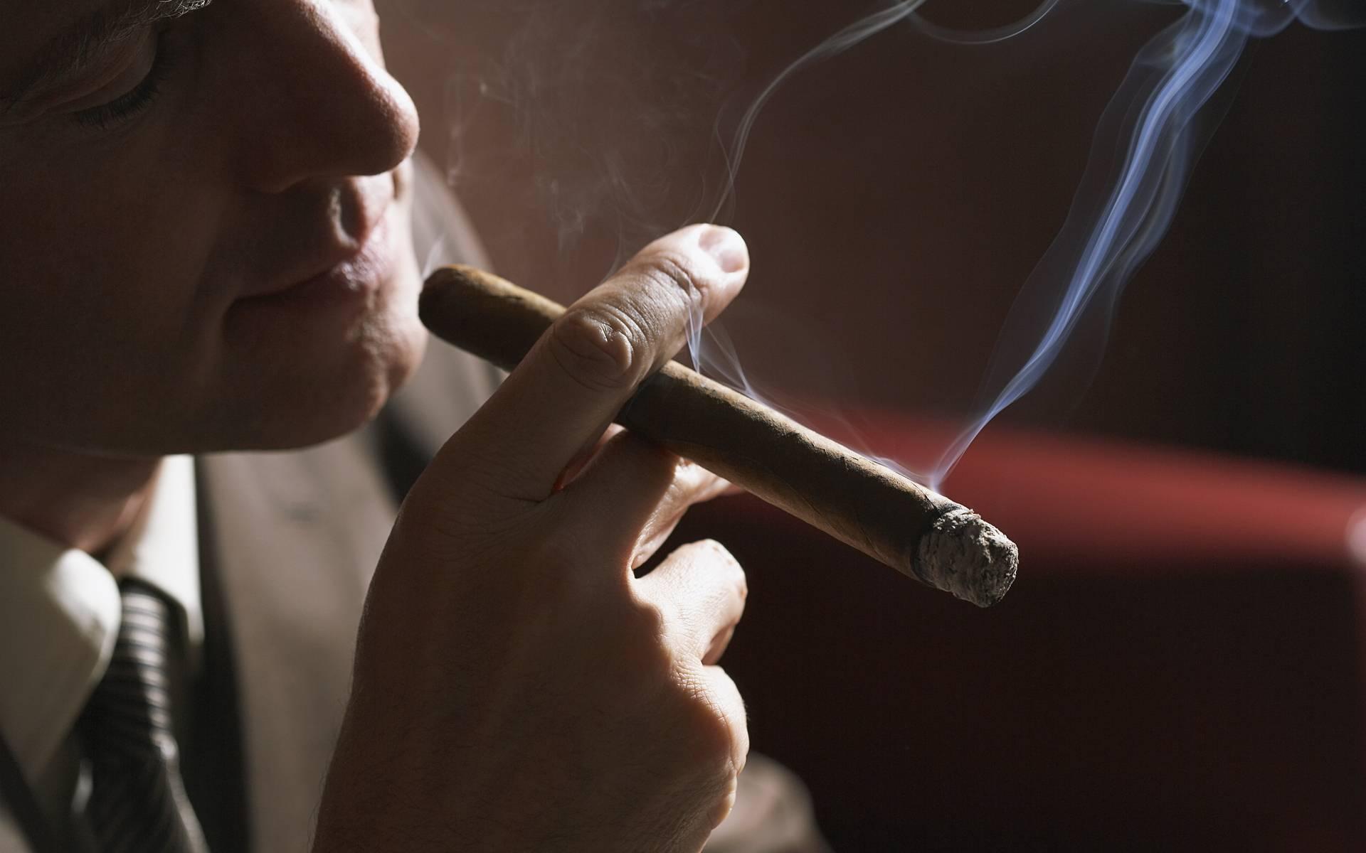 Как правильно раскурить сигару и почему нужно курить не в затяг?