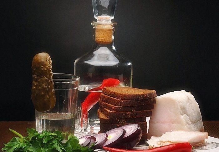 Чем закусывать самогон и как его правильно пить?