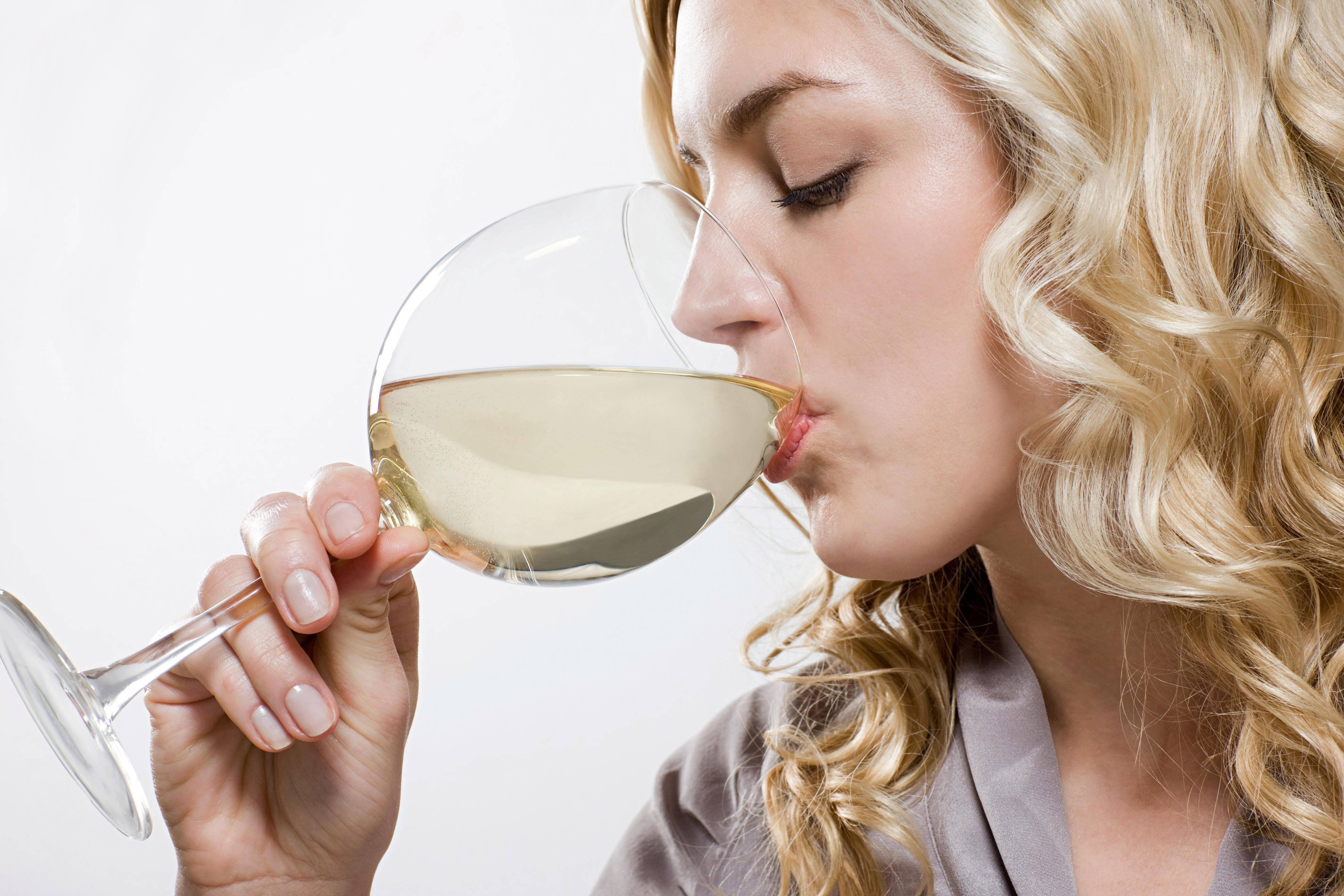 Белое вино при грудном вскармливании: можно ли выпить бокал сухого в период лактации, как это отразится на здоровье малыша, а также отзывы и советы   suhoy.guru