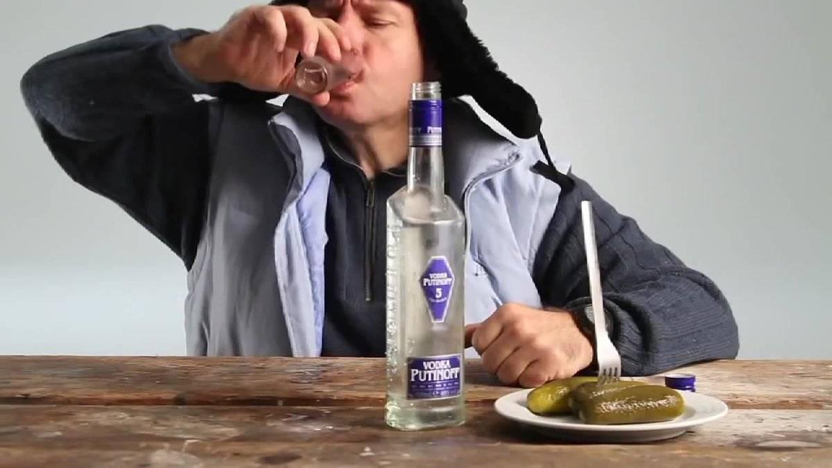 Почему нельзя наливать спиртное на весу и чем это чревато - информационный портал командир