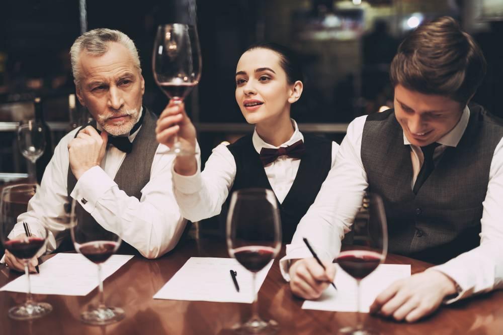 Как правильно держать бокал с вином - советы и рекомендации