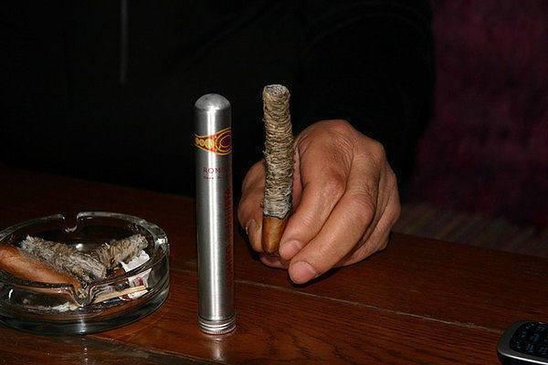 Все о курении сигар: как правильно курить сигару, как прикурить, как держать и как потушить