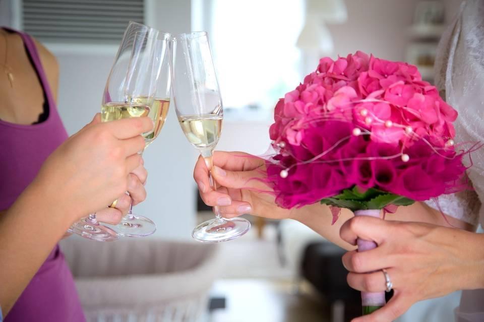 Зачем люди чокаются бокалами перед тем, как выпить