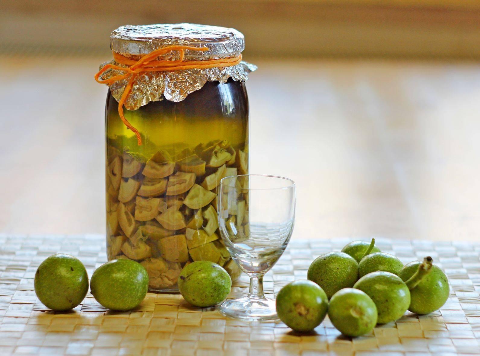 Настойка на грецких орехах: лечебные свойства и приготовление