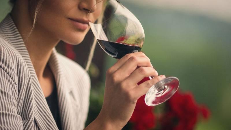 Почему от вина болит голова и как этого избежать
