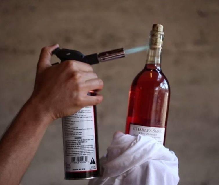 Инструкция по открытию бутылочного вина без штопора на улице