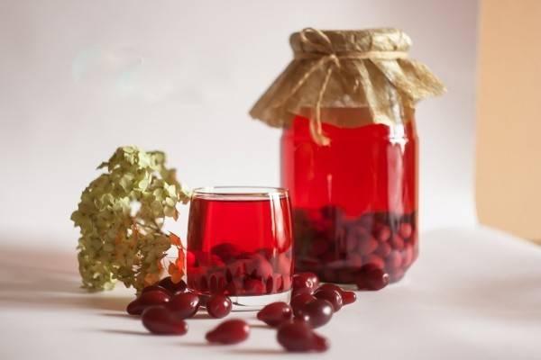 Наливка из кизила: 3 рецепта в домашних условиях