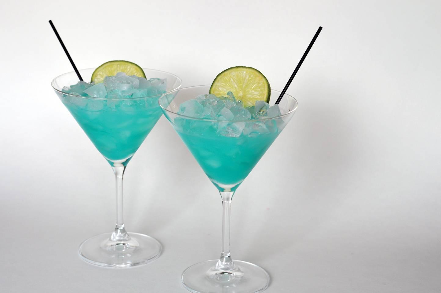 Ликер блю кюрасао: из чего готовят, почему синий, коктейли с ним