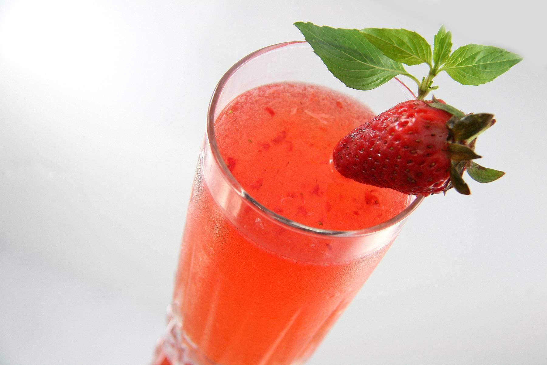 Мохито с клубникой рецепт алкогольный. рецепт клубничного мохито, а также безакогольный вариант коктейля
