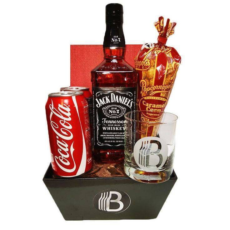 Что подарить с водкой мужчине. алкогольные подарки для мужчин