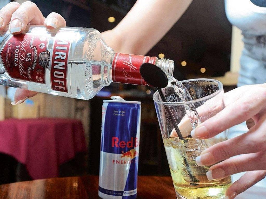 Почему нельзя наливать через руку алкоголь и воду: примета и здравый смысл