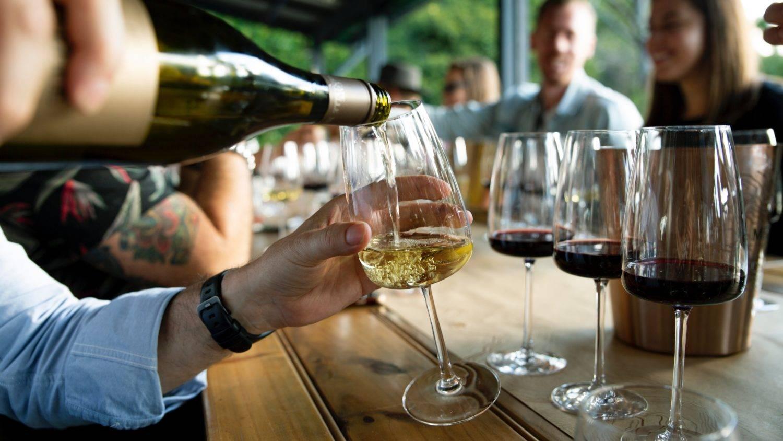 Как правильно пить красное вино: действие на организм, как часто можно употреблять сухое и полусладкое, какой температуры и с чем  | suhoy.guru