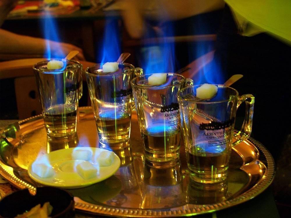 Коктейли которые подают с огоньком: топ 5 горящих напитков