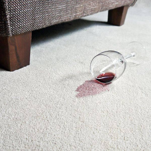 Как отстирать пятна от красного вина с цветной, белой одежды в домашних условиях