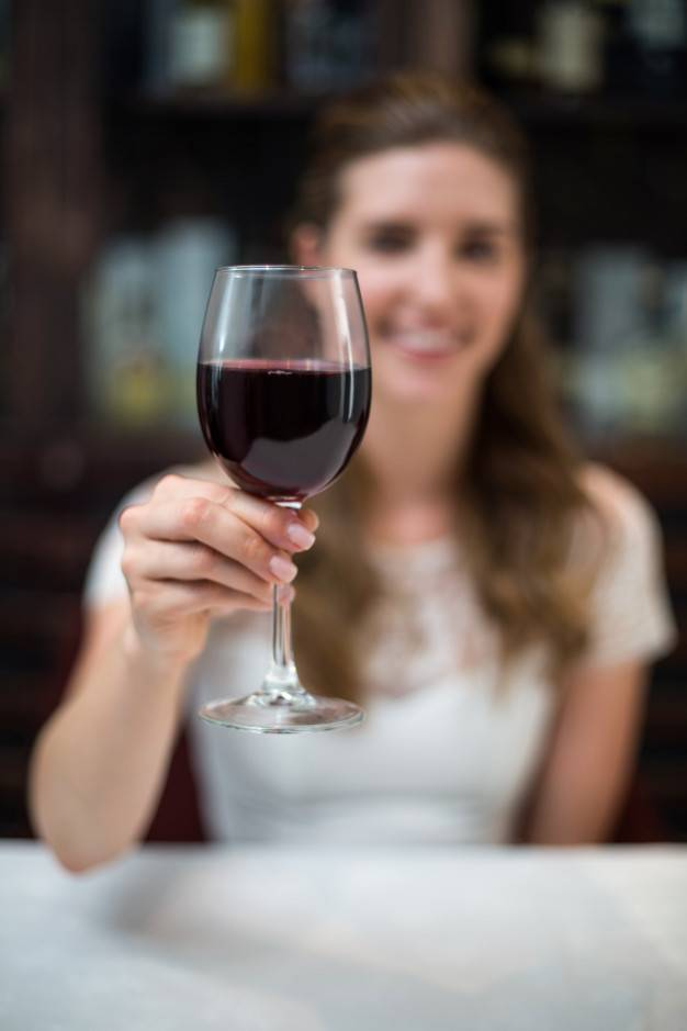 Как держать винный бокал: 14 шагов (с иллюстрациями)