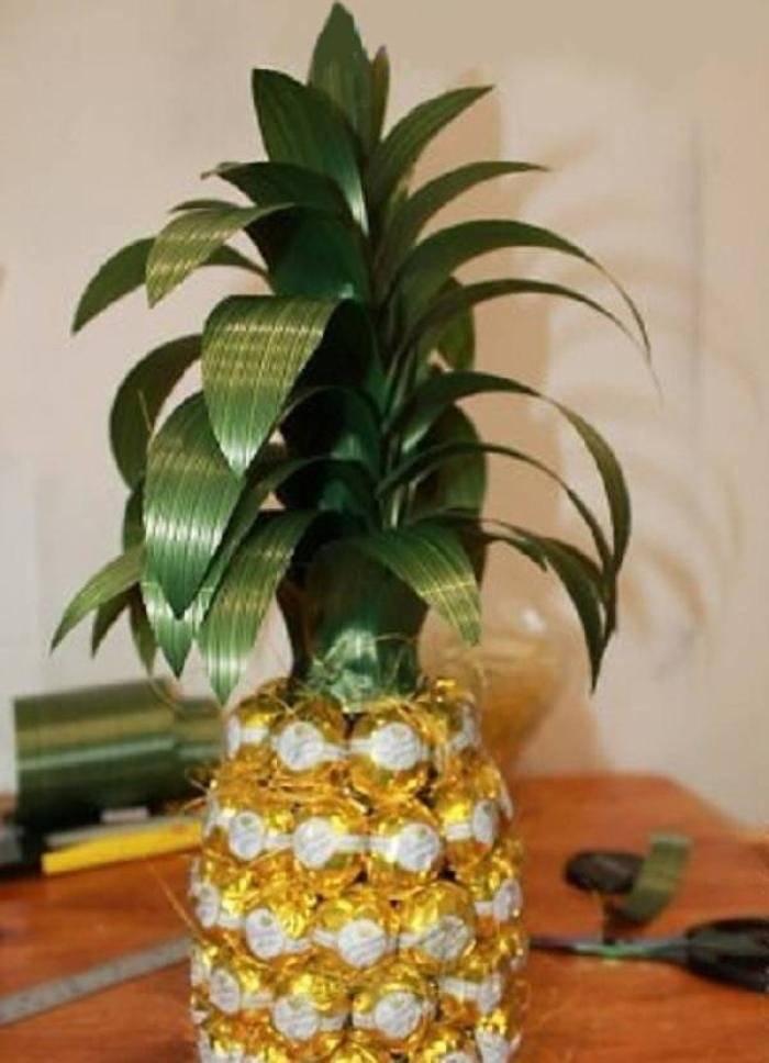 Как сделать ананас из конфет и шампанского своими руками? пошаговый мастер-класс для начинающих: требуемые материалы, инструменты, порядок выполнения работы
