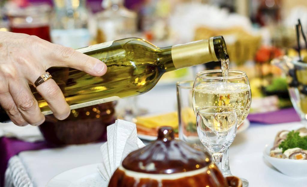 Почему нельзя наливать спиртное на весу и чем это чревато