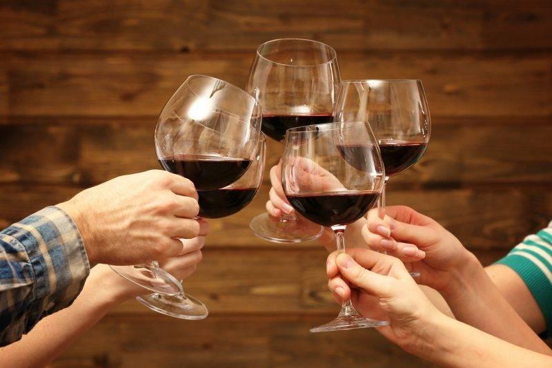 Чоканье бокалами: приметы и как правильно чокаться