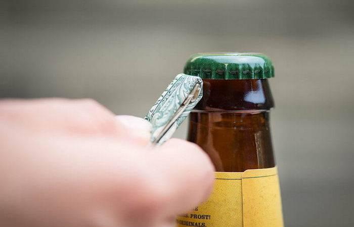 Как открыть пиво без открывашки: разные способы для парней и девушек, в том числе ключами, ножницами, вилкой, другой бутылкой