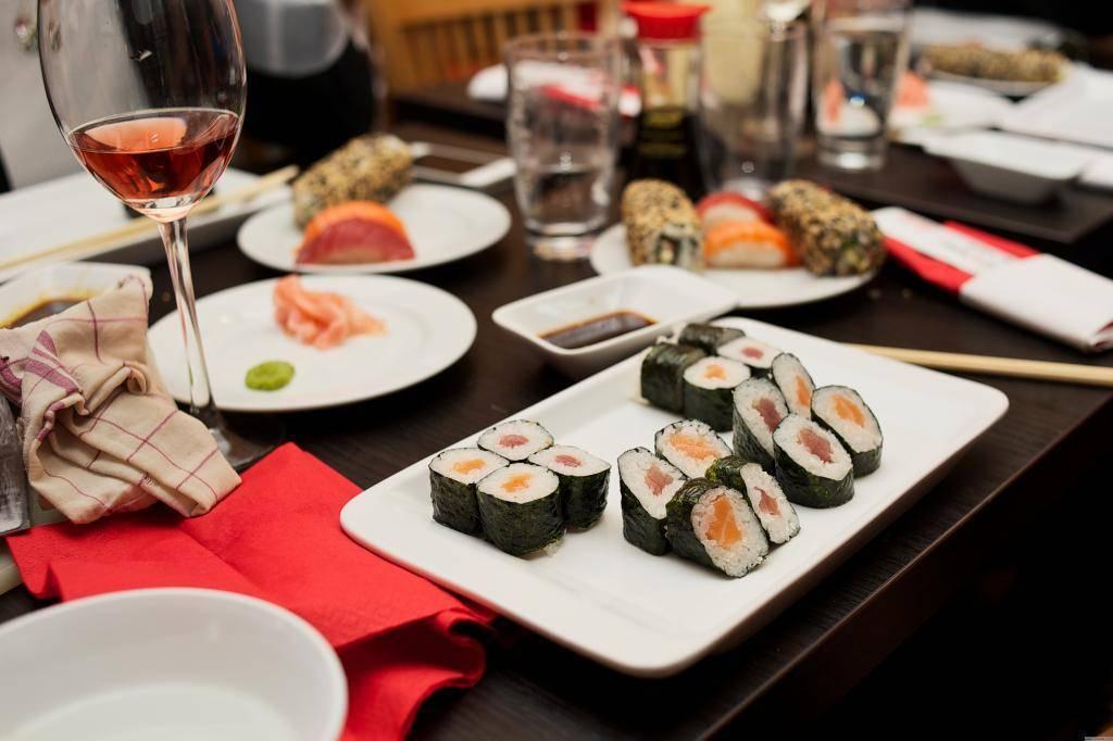 Какой алкоголь подходит к роллам и суши?