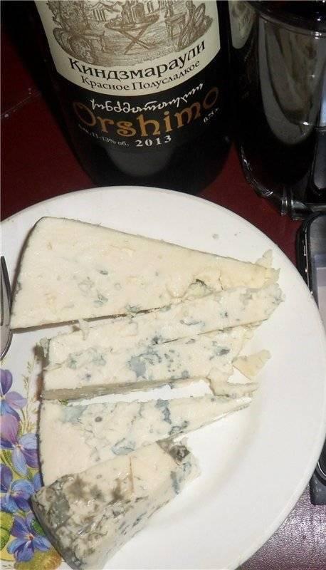 С каким вином едят сыр с плесенью
