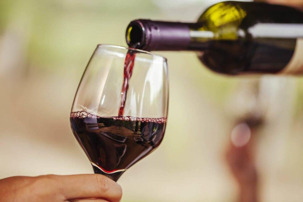 Красное вино понижает или повышает давление?