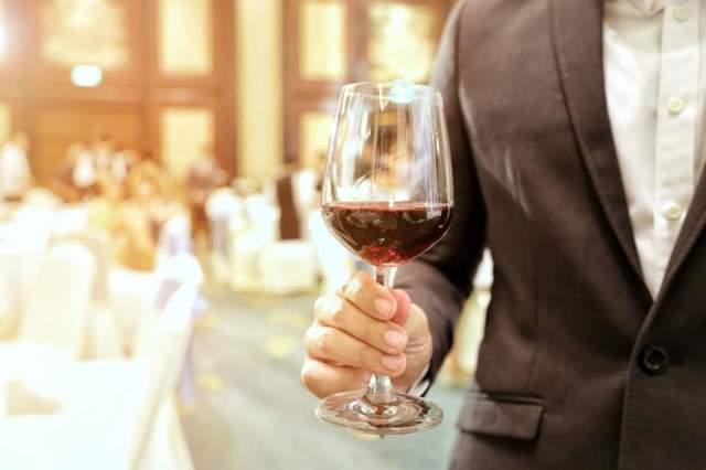 Полезные советы, как держать бокал с белым и красным вином правильно