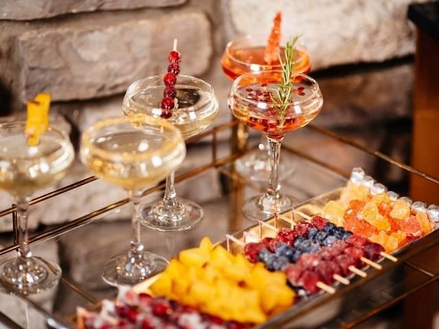 С чем пьют шампанское: по этикету, полусладкое, закуски, брют, белое, розовое, сладкое, боско, каким, можно ли пить шампанское после, вино, на свадьбе, просроченное