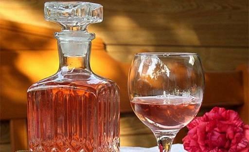 Прекрасная роза не только красивая, но и лечебная: особенности настоек из лепестков цветка