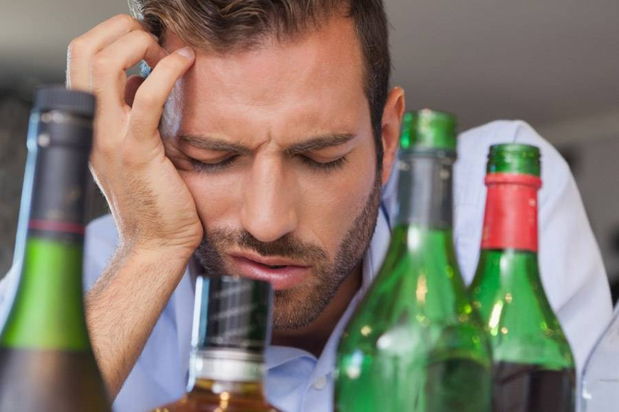 Почему болит голова с похмелья?