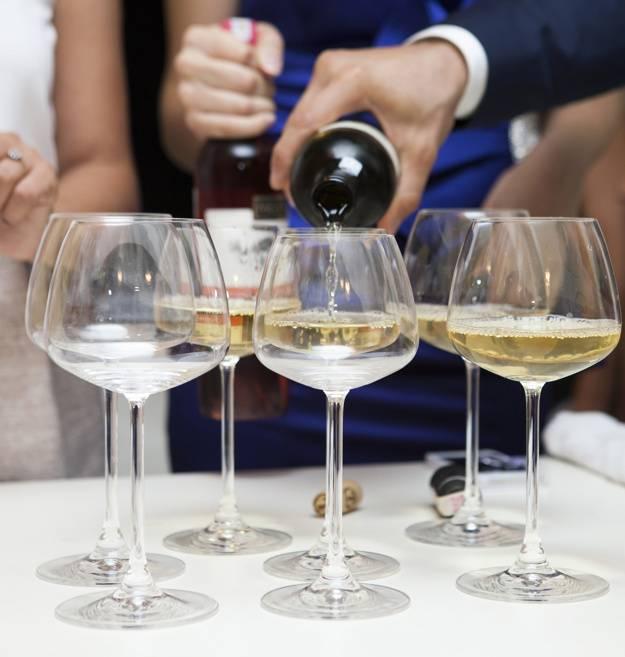 Как правильно держать бокал? учимся держать бокал с вином, шампанским, коньяком