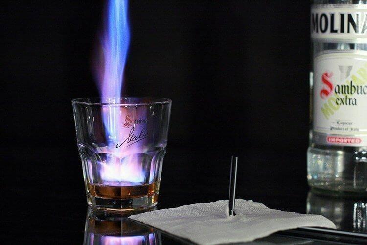 Как правильно пить, подавать и поджигать самбуку