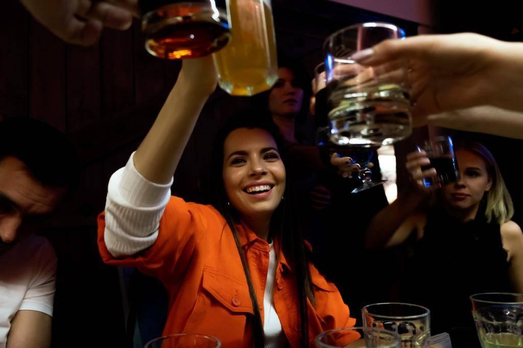 Зачем чокаются бокалами за столом, когда пьют