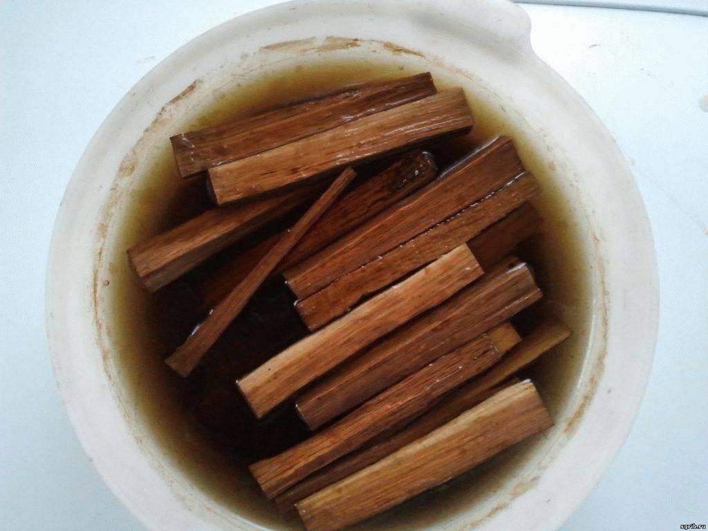 Простые и понятные рецепты настаивания самогона на дубовой коре и щепе