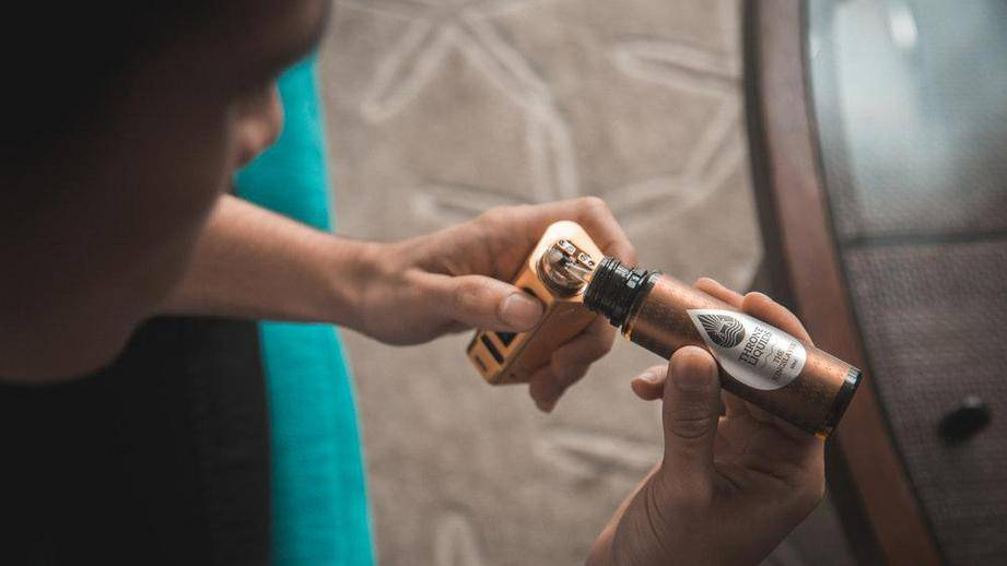 Дума приняла в i чтении законопроект, приравнивающий электронные сигареты к обычным -  общество - тасс