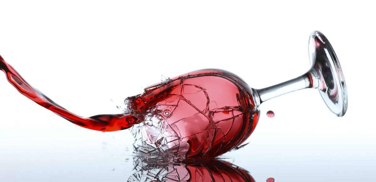 Почему от красного вина болит голова?   drunk guest