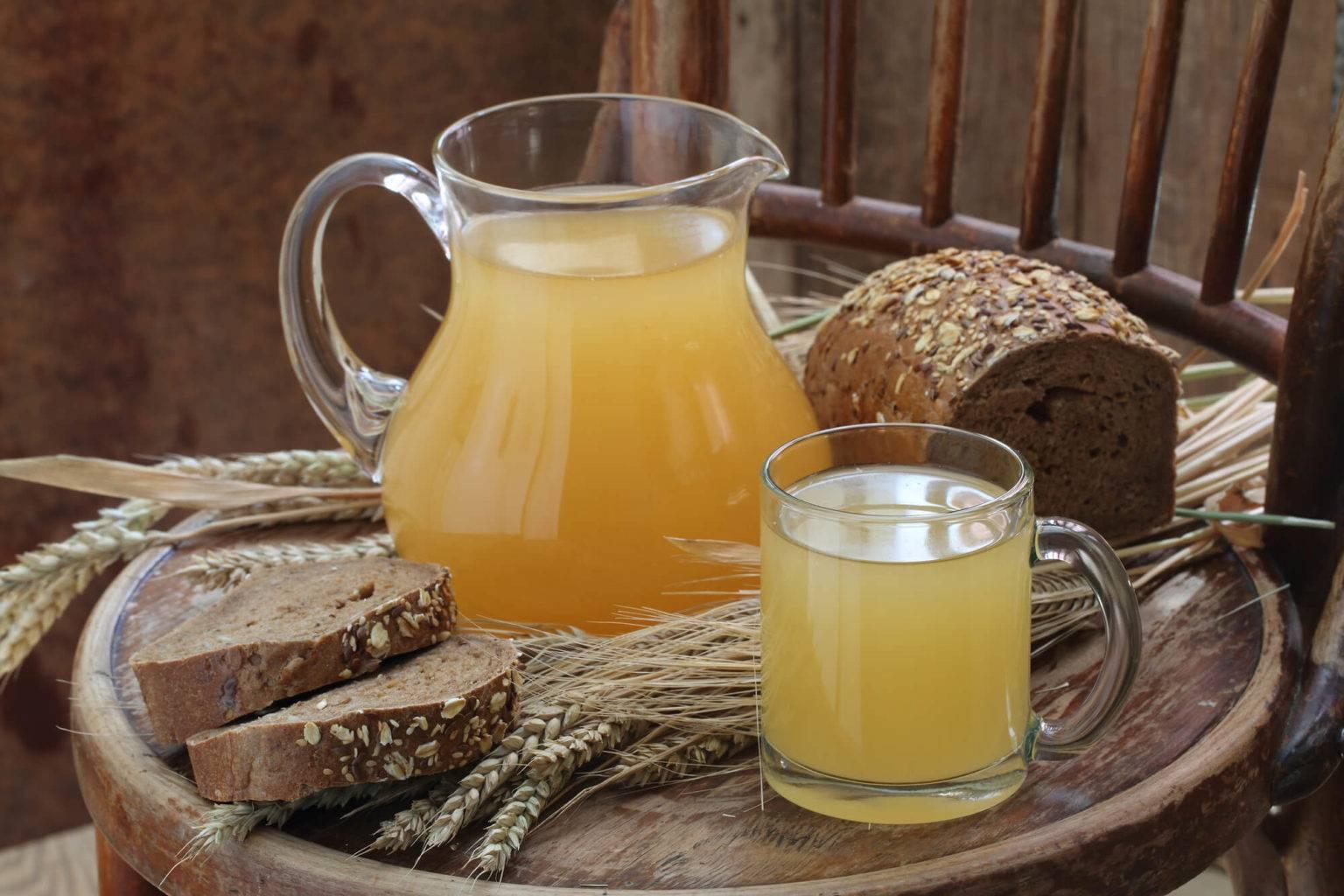 Квас из березового сока. классический березовый квас с изюмом