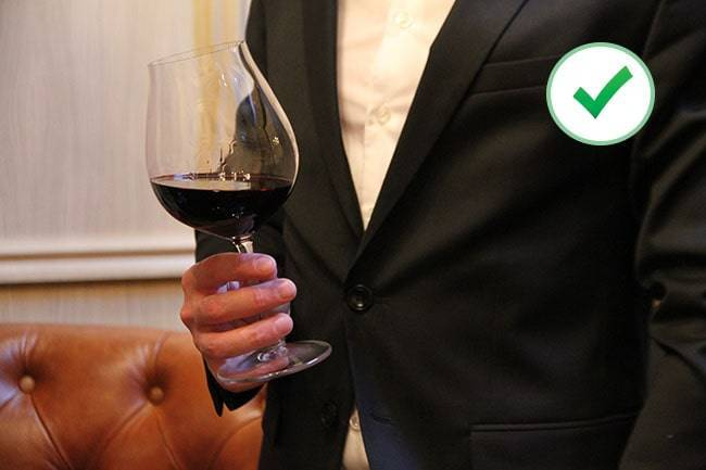 Как правильно держать бокал с вином, шампанским по этикету?