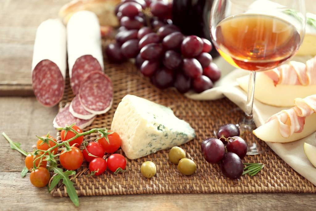 Как подобрать закуску к определенному виду вина