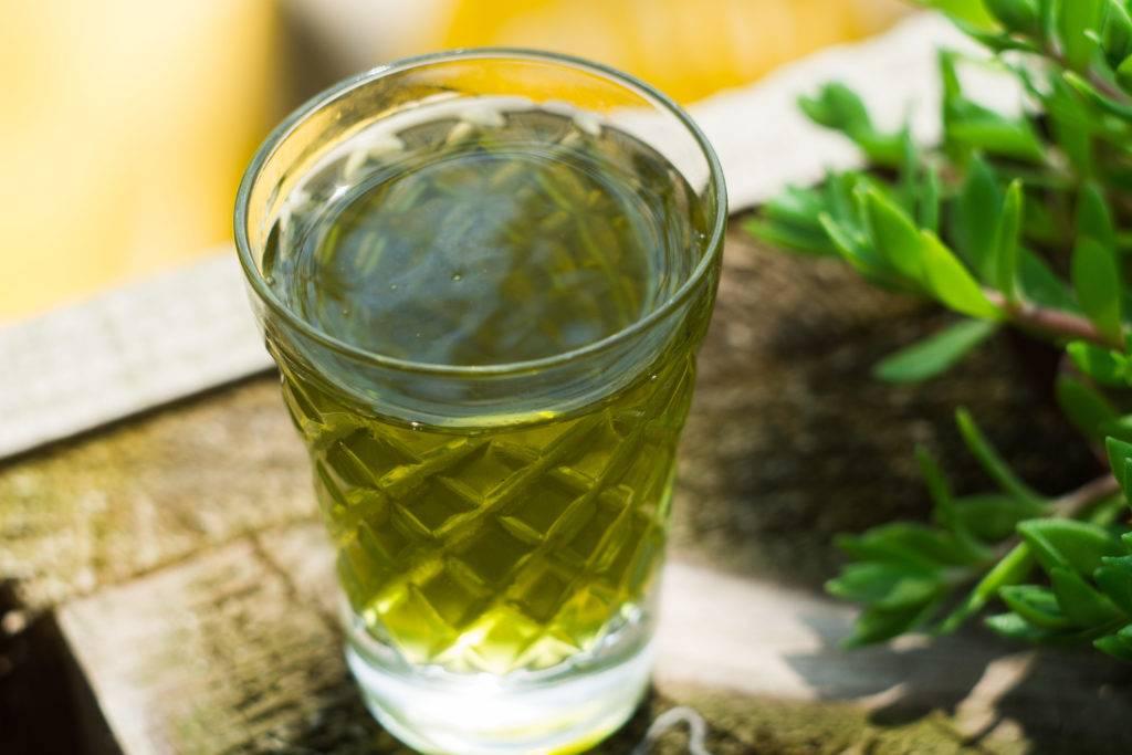 Настойка чеснока на спирте: от чего помогает, как принимать для лечения, с чем можно пить, а также способ приготовления, применение в домашних условиях и рецепты