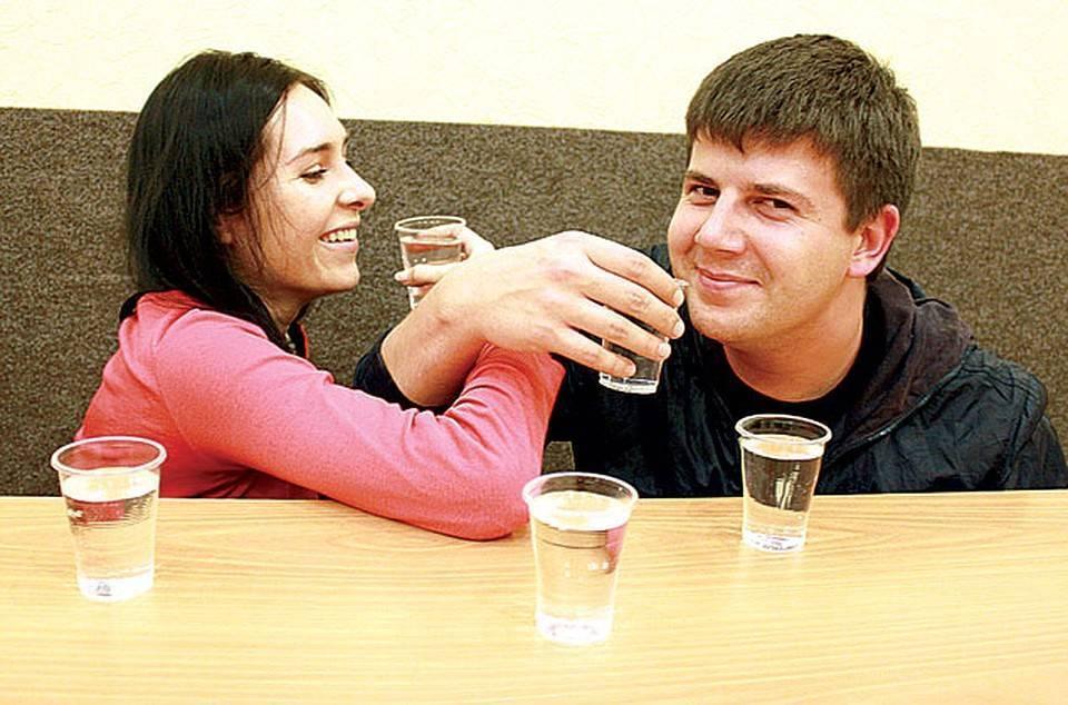 Пить на брудершафт: что это такое, когда и как правильно скреплять таким образом особые отношения между двумя людьми   mosspravki.ru