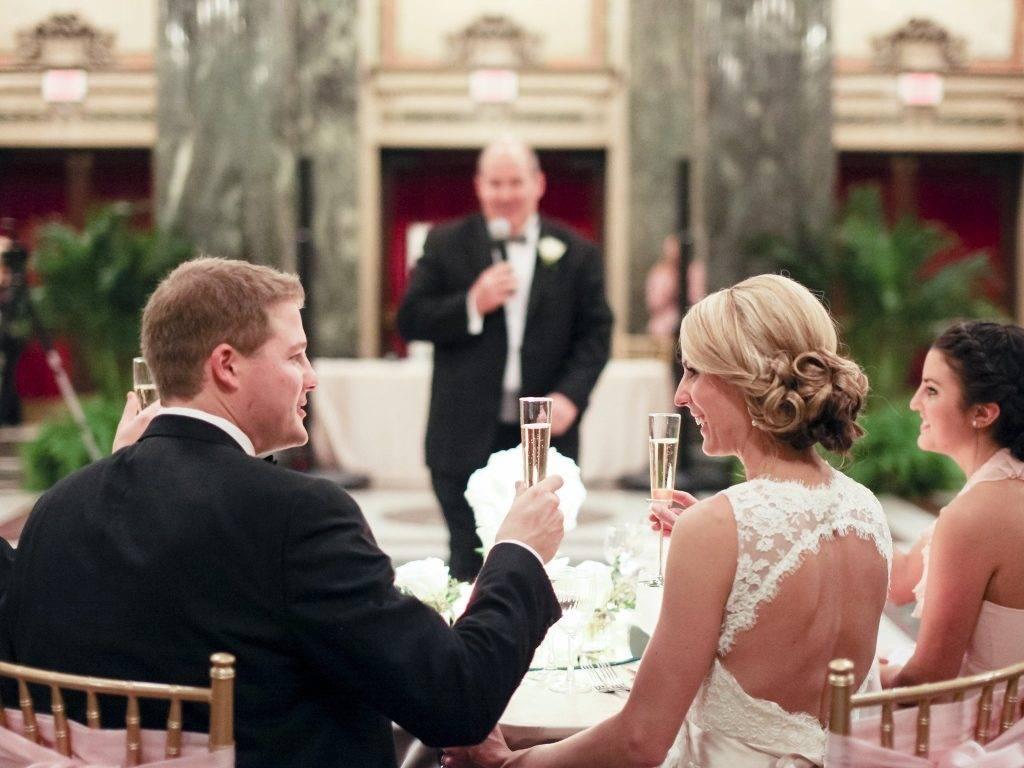 Первый тост ведущего на свадьбе - варианты речи