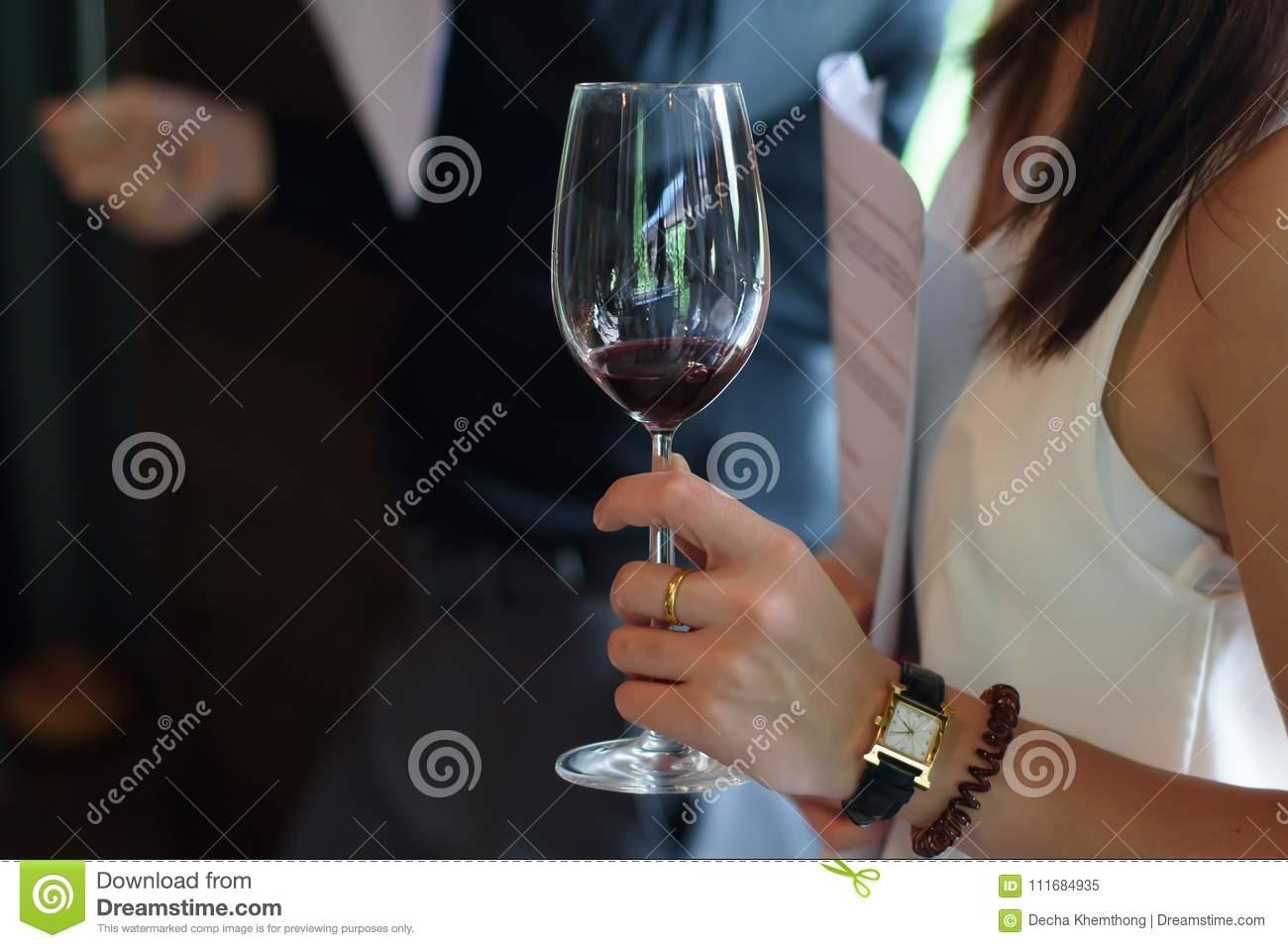 Как правильно держать бокал?