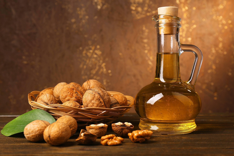 Настойка на скорлупе грецких орехов: польза, вред, лечебные свойства, рецепты на водке и иных компонентах, чем полезна при отравлении и других проблемах?