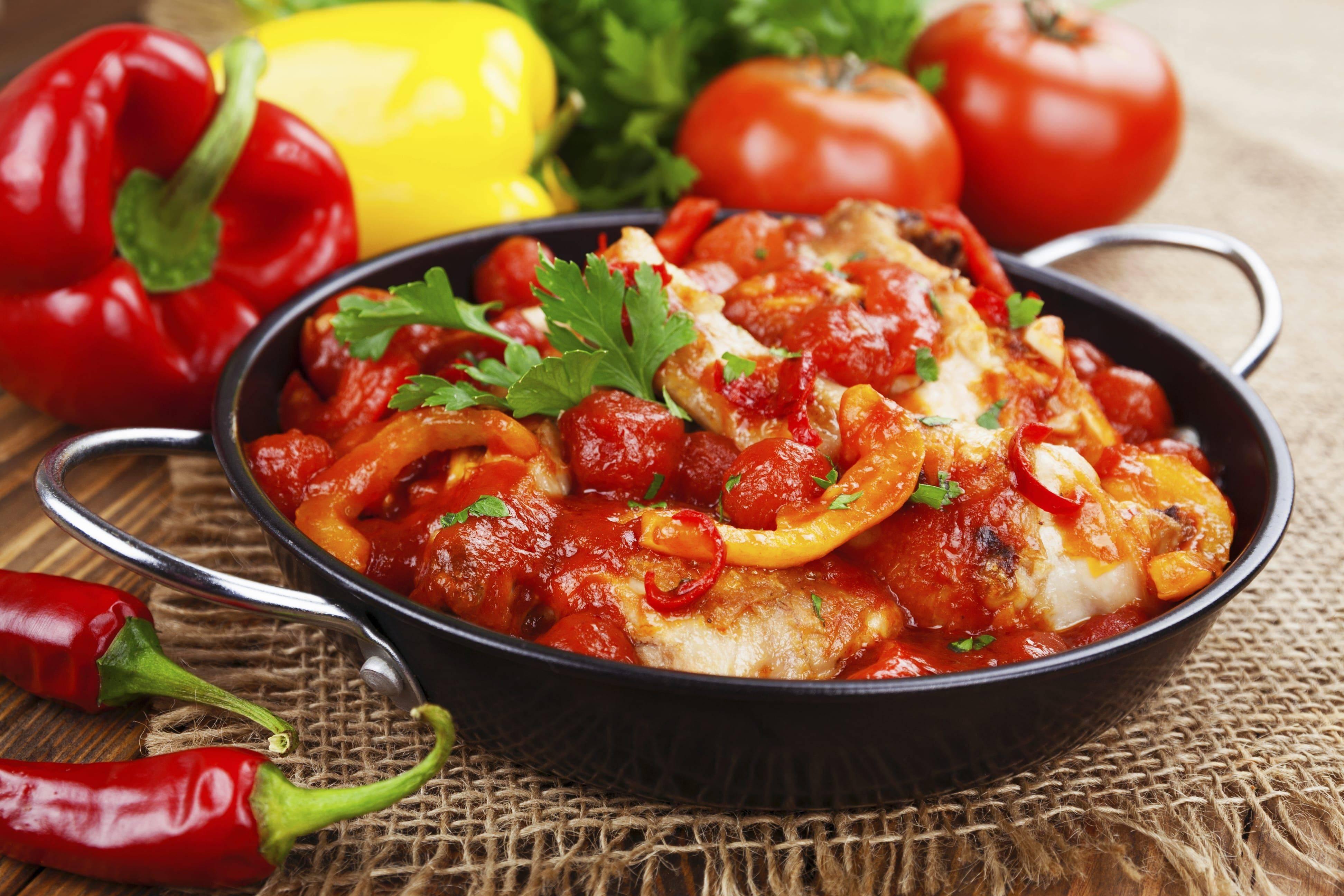 Курица в вине: какое лучше подходит для рецептов с маринованной птицей - красное или белое, с чем подают, как сделать в духовке, на сковороде, чахохбили, фото блюд   mosspravki.ru