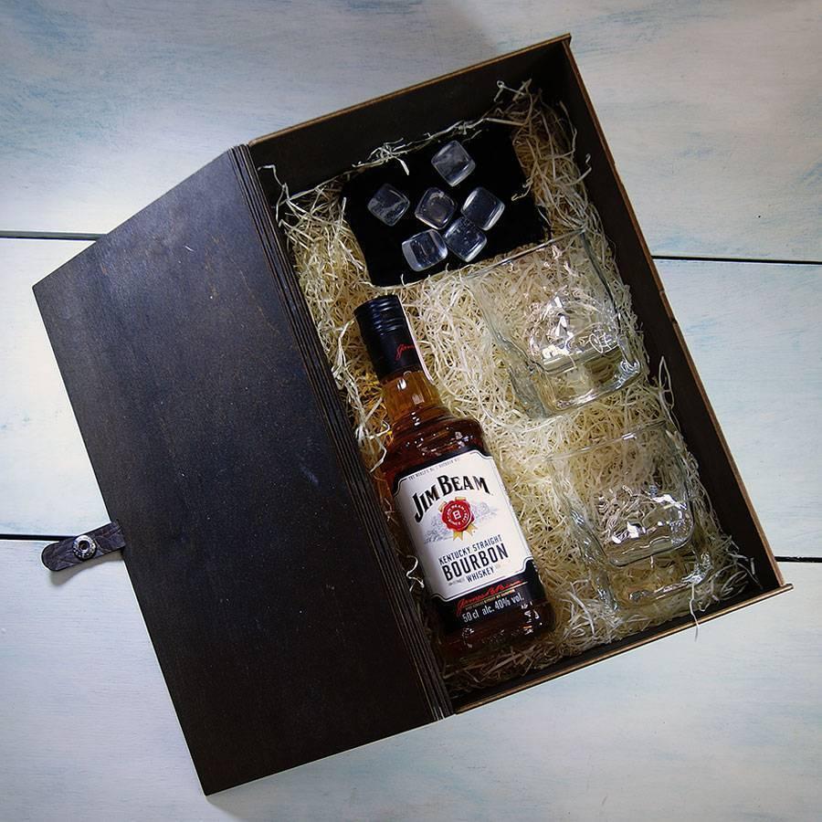 Алкоголь в подарок мужчине: какой и когда уместно дарить